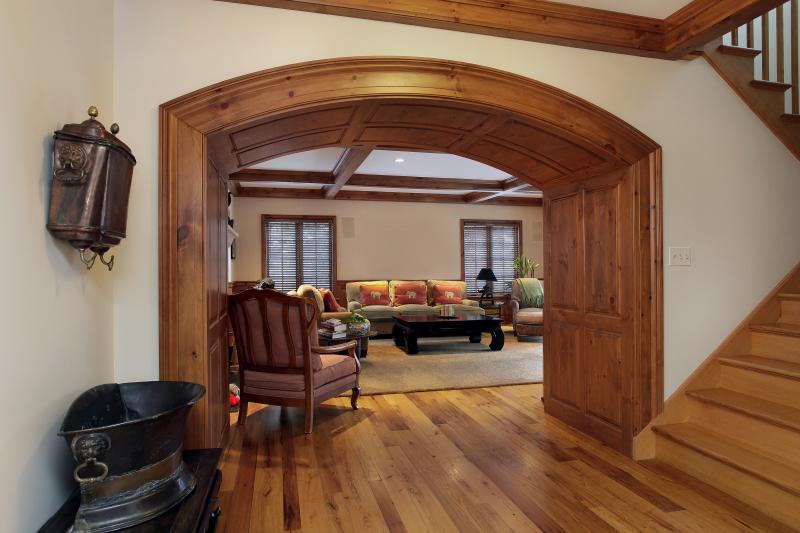 Деревянный дверной портал в интерьере + фото